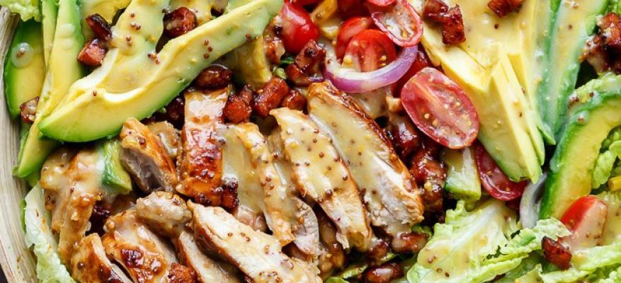 Δροσερή σαλάτα Caprese με κοτόπουλο και αβοκάντο - Χωρίς γλουτένη